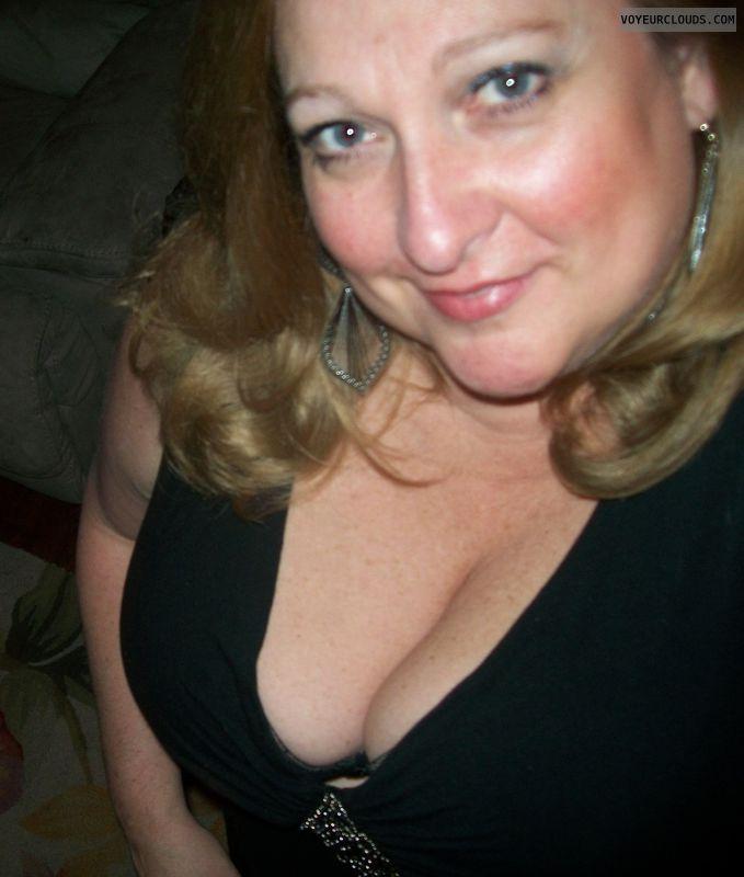 milf tits, milf cleavage, deep cleavage, big tits