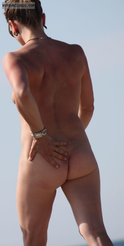 beach voyeur, nude woman, naked woman, round butt
