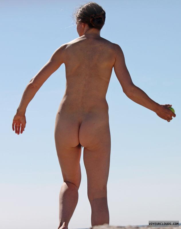 beach voyeur, nude woman, naked woman, round butt