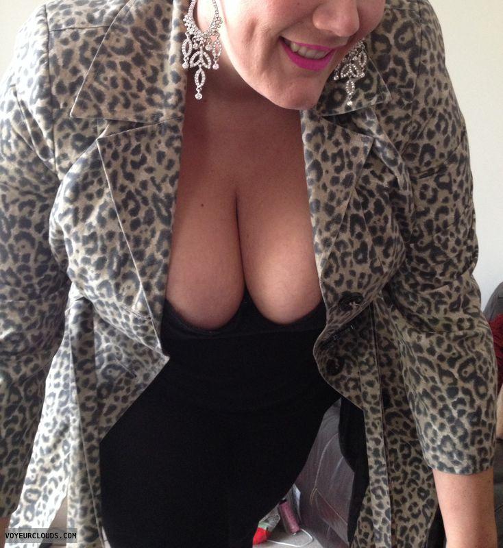 Big tits, big boobs, deep cleavage, down top