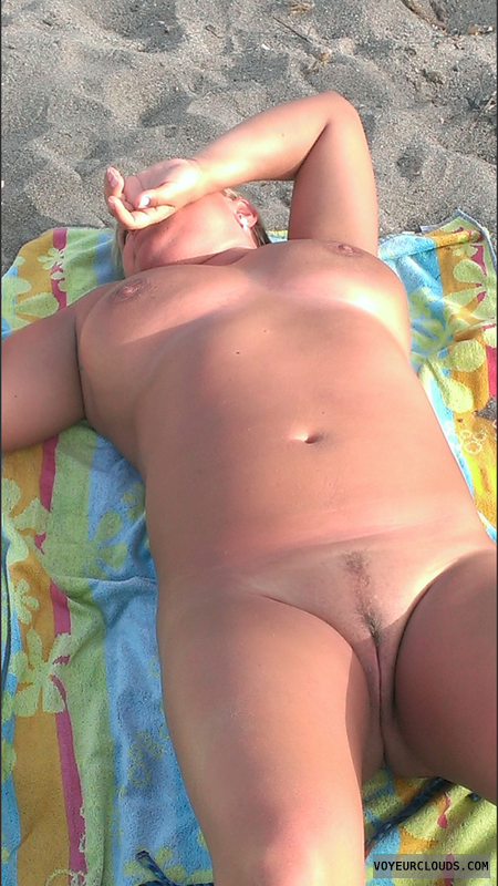 full nude, nude in the beach, trimmed pussy, medium tits
