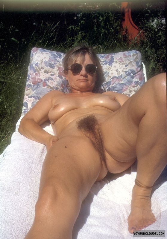 Amateur mature woman hairy pussy open legs nude — img 5