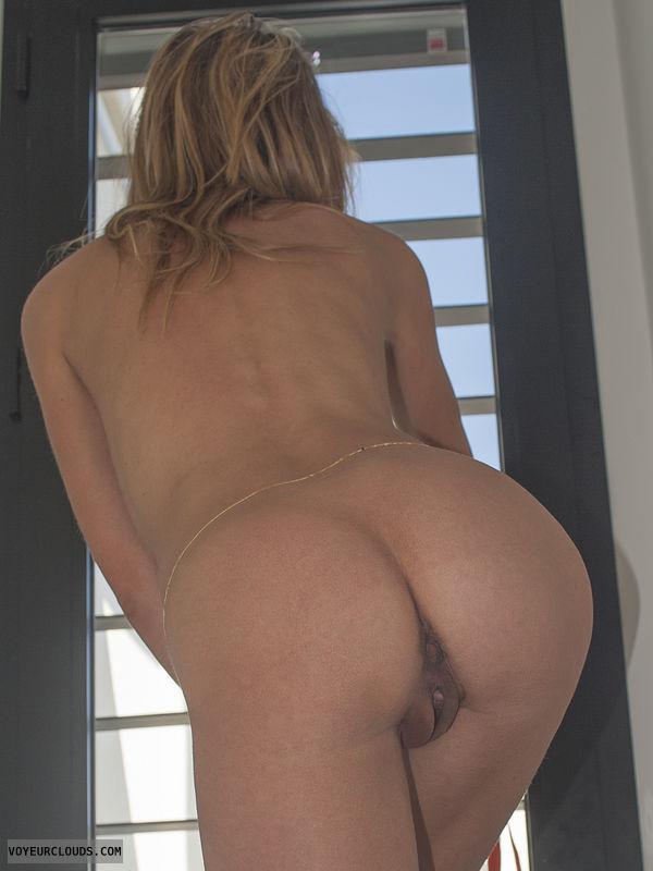 nude ass, nude wife, round ass, round butt, pussy peek