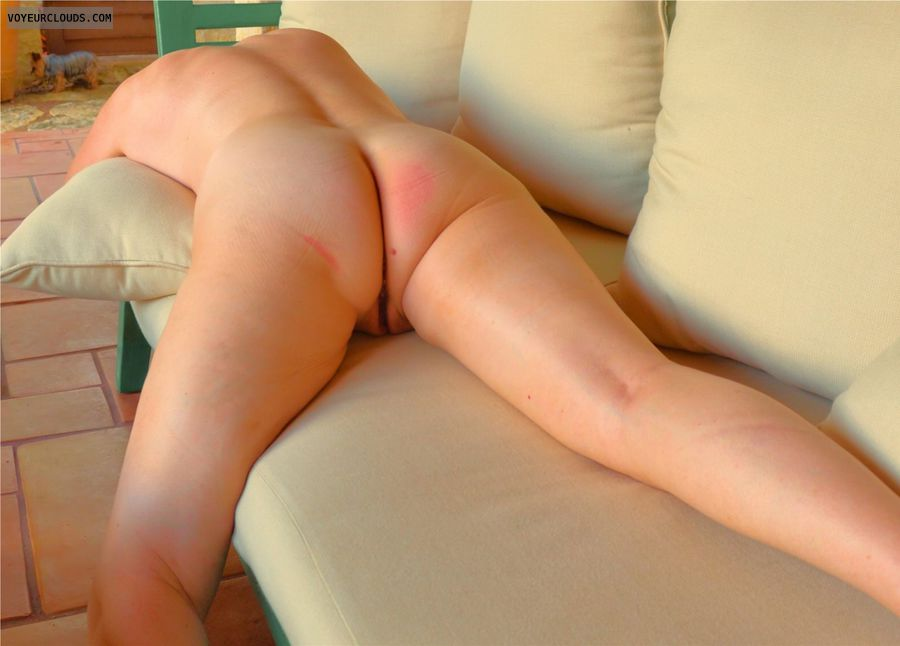 rond butt, round ass, nude woman, back view, pussy peek
