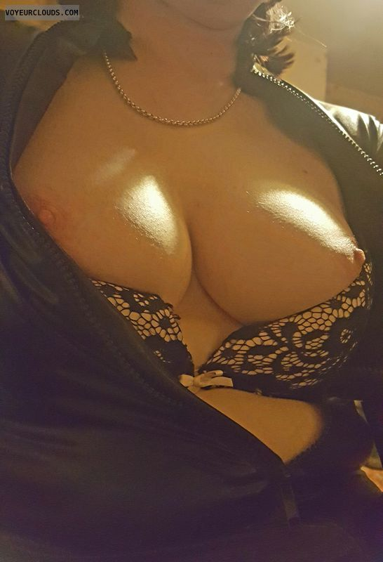 Milf tits, milf boobs, deep cleavage, bra, big tits