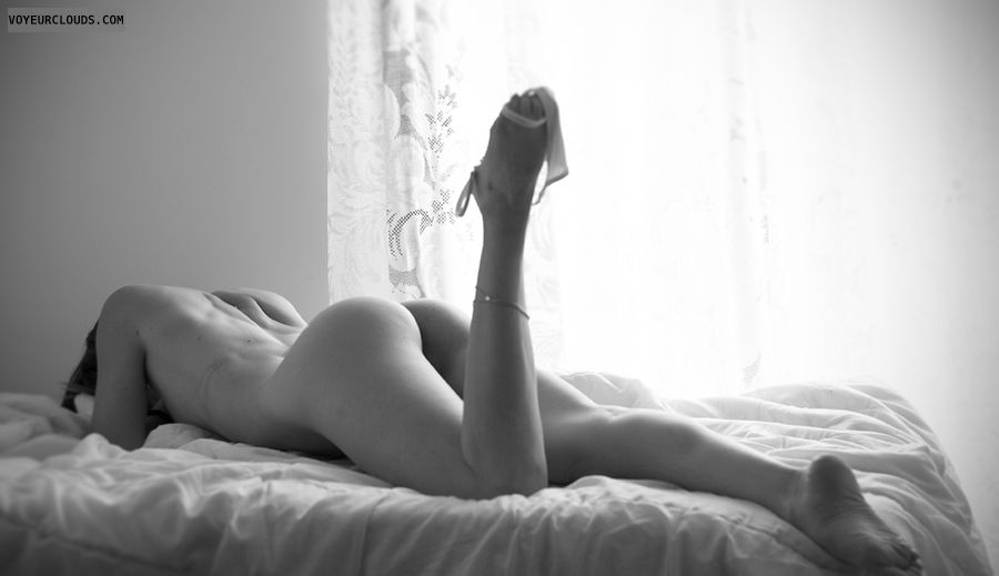 Nude woman, round ass, round butt, long legs, bw