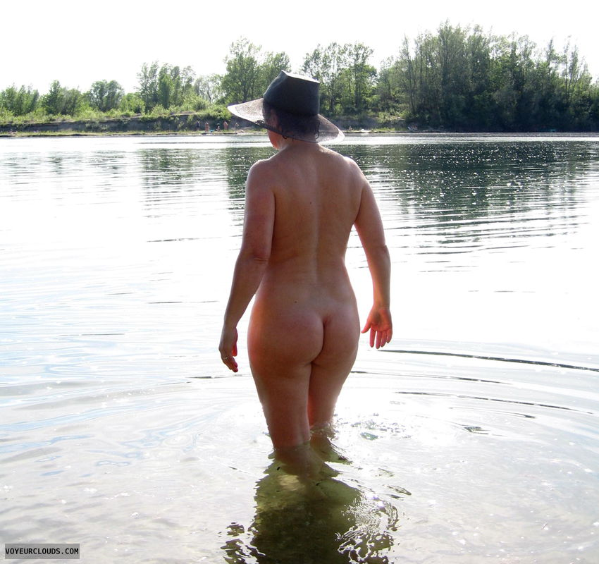 nude with hat, exhibitionist, big ass