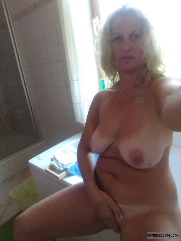 milf tits, nude milf, cover pussy, selfie, tanlines