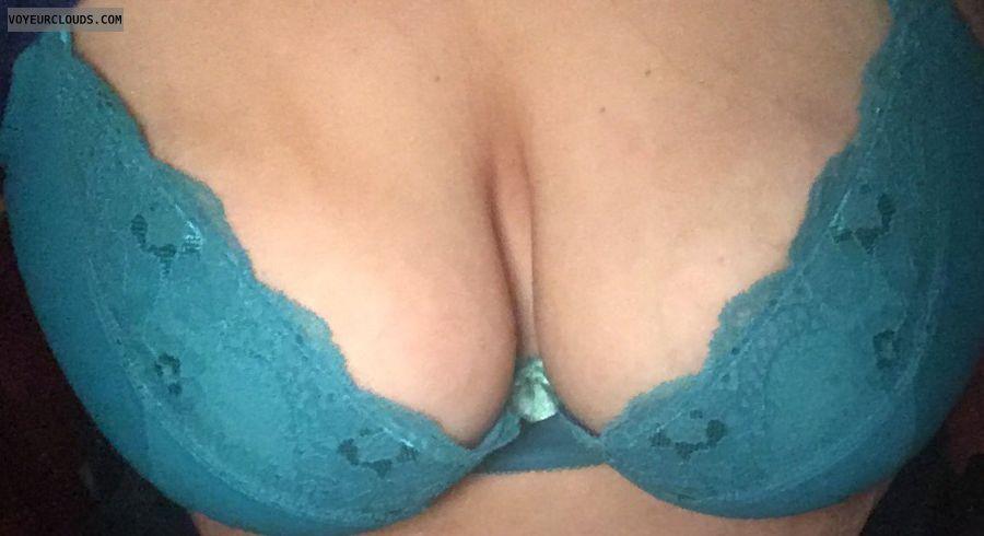 bra, big boobs, big tits, deep cleavage