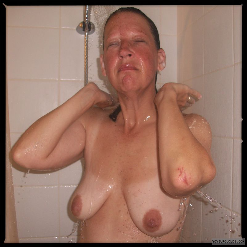 Shower, Dark nips, OK Tits, Older, Saggy boobs