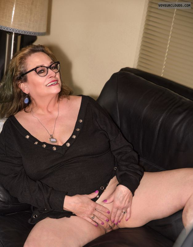 Shaved pussy, sexy smile